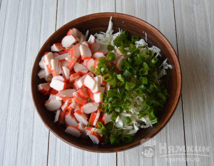 Салат из капусты, кукурузы и крабовых палочек  - фото шаг 2