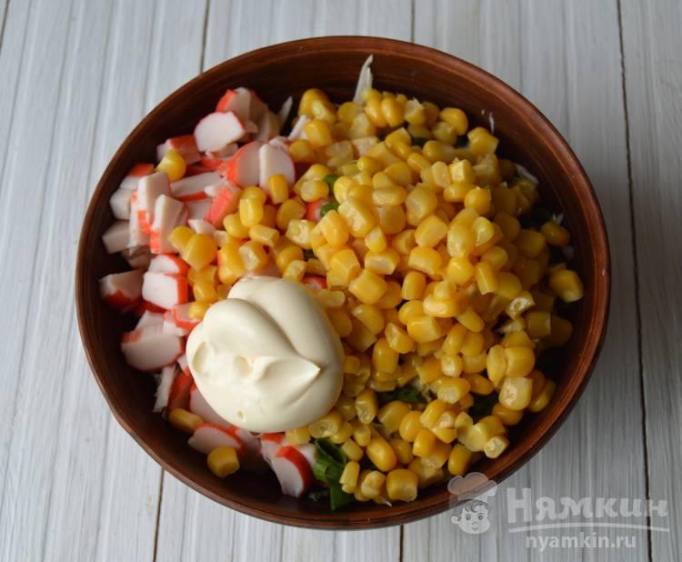 Салат из капусты, кукурузы и крабовых палочек  - фото шаг 3