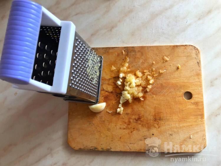 Гренки с яйцом и чесноком на сковороде - фото шаг 3