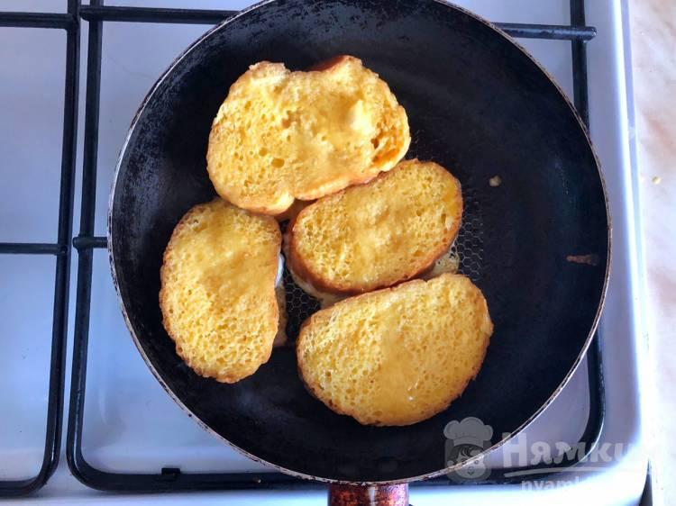 Гренки с яйцом и чесноком на сковороде - фото шаг 5