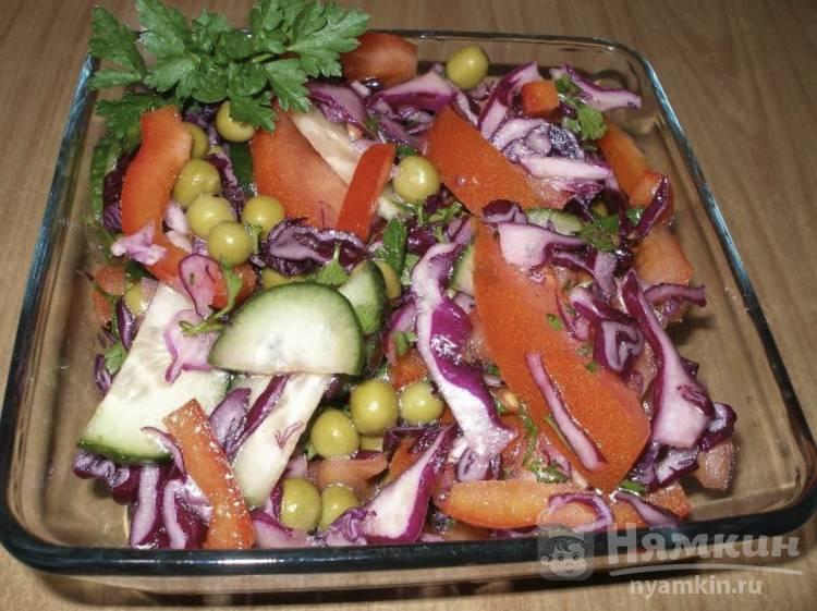 Салат из краснокочанной капусты и консервированным зеленым горошком со свежими овощами