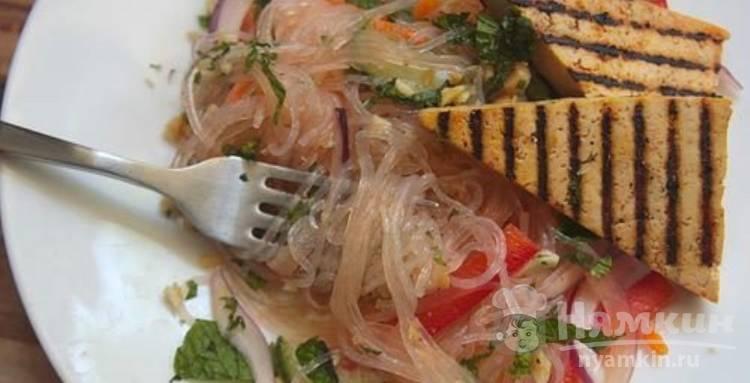 Салат с рисовой лапшой, тофу и гремолатой по-вьетнамски