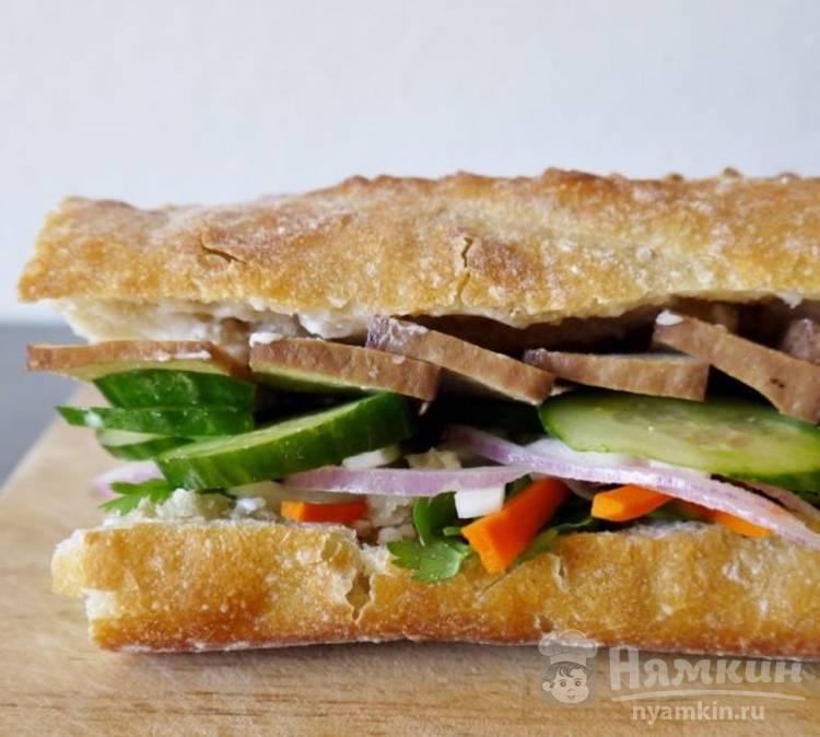 Сэндвич по-вьетнамски с маринованной морковью, дайконом и сыром тофу