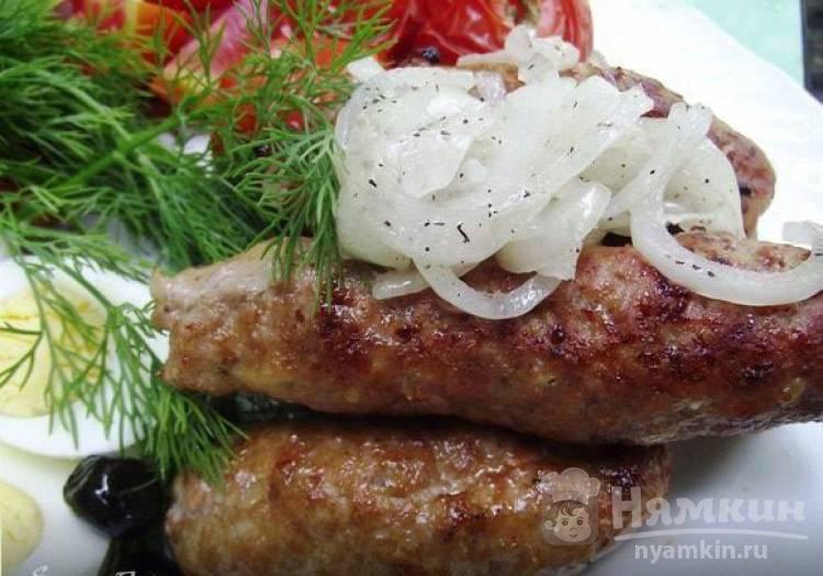 Люля-кебаб на огне с маринованным луком и соусом