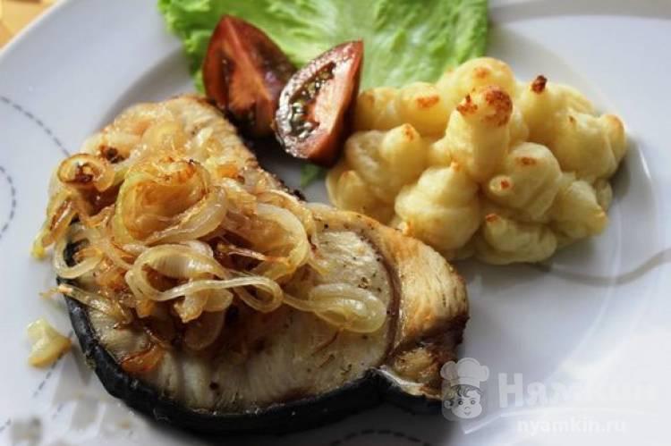 Стейки акулы в аэрогриле со сладким луком и картофелем