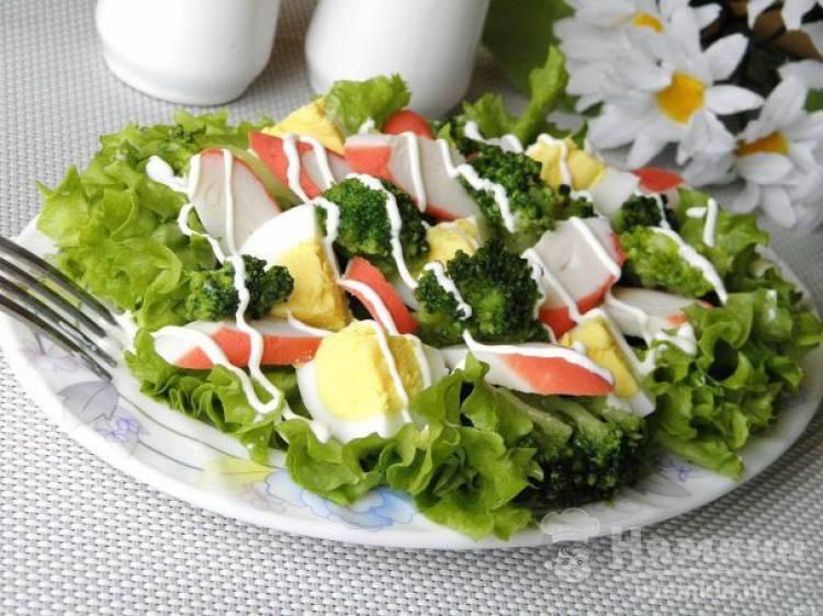 Легкий салат с яйцами, брокколи и крабовыми палочками