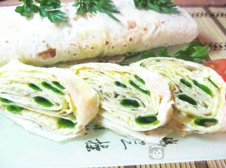 Рулет из лаваша с сырной начинкой и зеленым луком