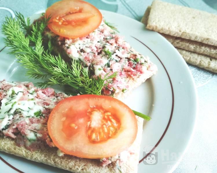 Закуска из колбасы и плавленного сыра на хлебцах