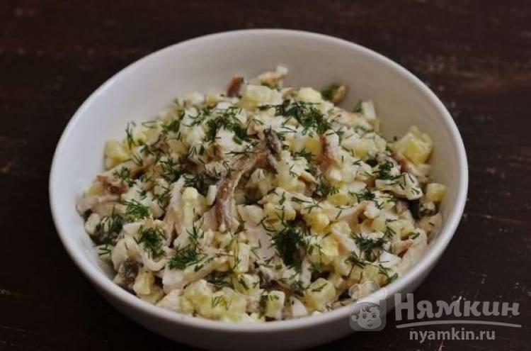 Салат из копченной грудки с маринованными грибами
