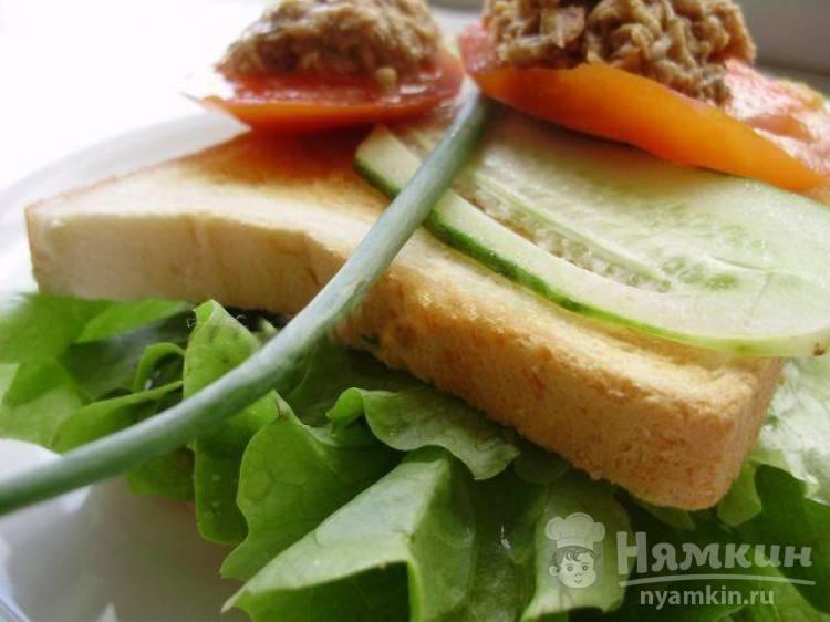 Бутерброд в тостере с консервированным тунцом