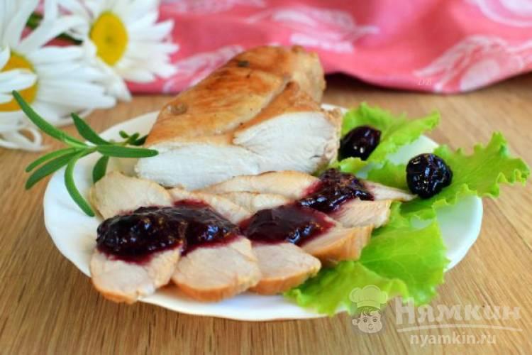 Маринованная куриная грудка с вишневым соусом