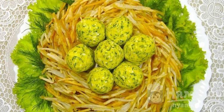 Салат «Гнездо глухаря» с жареным картофелем