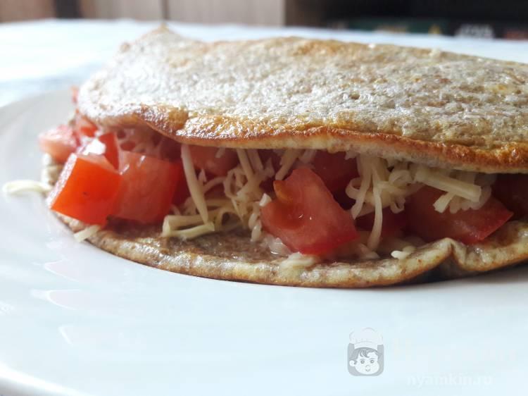 Блин с отрубями, помидорами и сыром