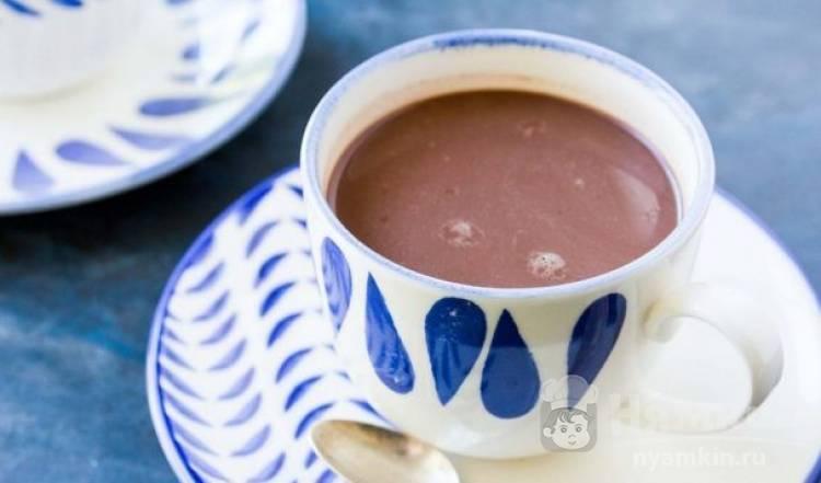 Какао с ванилью и шоколадным сиропом
