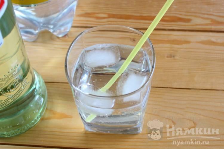Алкогольный коктейль с мартини и швепсом