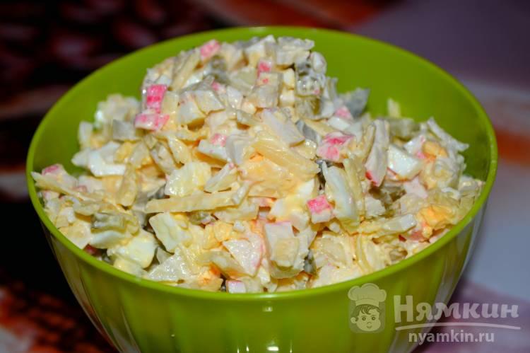 Салат из крабовых палочек с солеными огурцами
