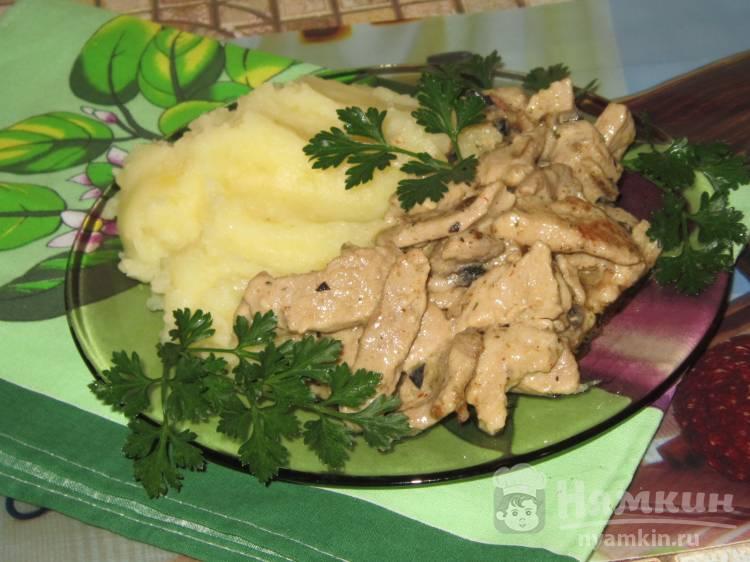 Свинина тушеная в сметано-грибном соусе