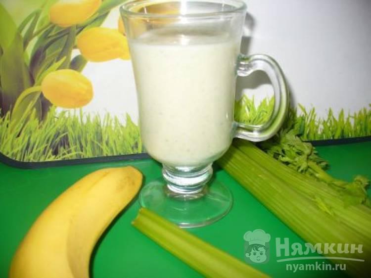 Коктейль из сельдерея с бананом в блендере