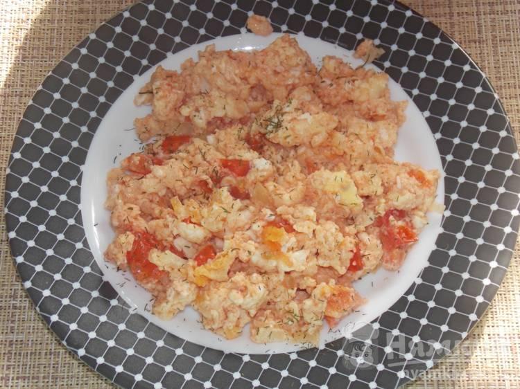 Яичница с томатной пастой и луком на сковороде