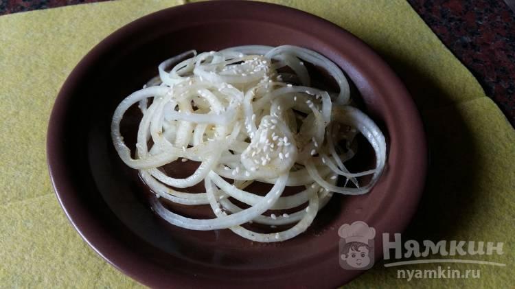 Маринованный лук с кунжутом