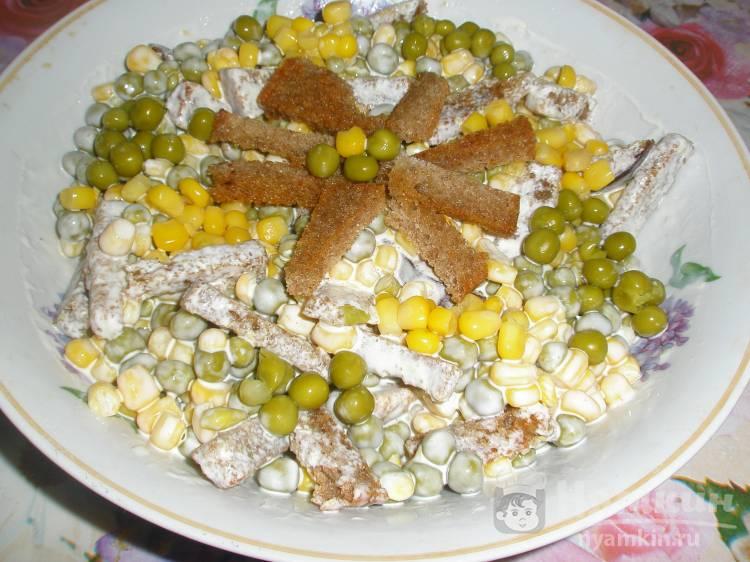 Салат из зеленого горошка и кукурузы с домашними гренками