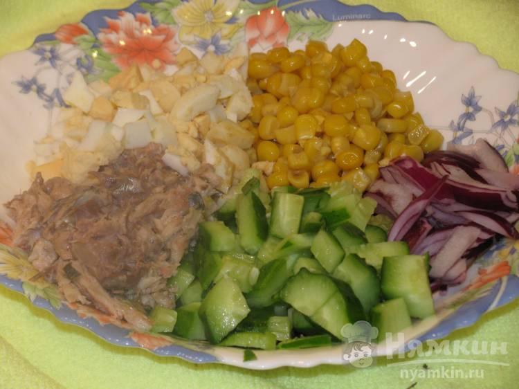 Салат с консервированной рыбой и кукурузой