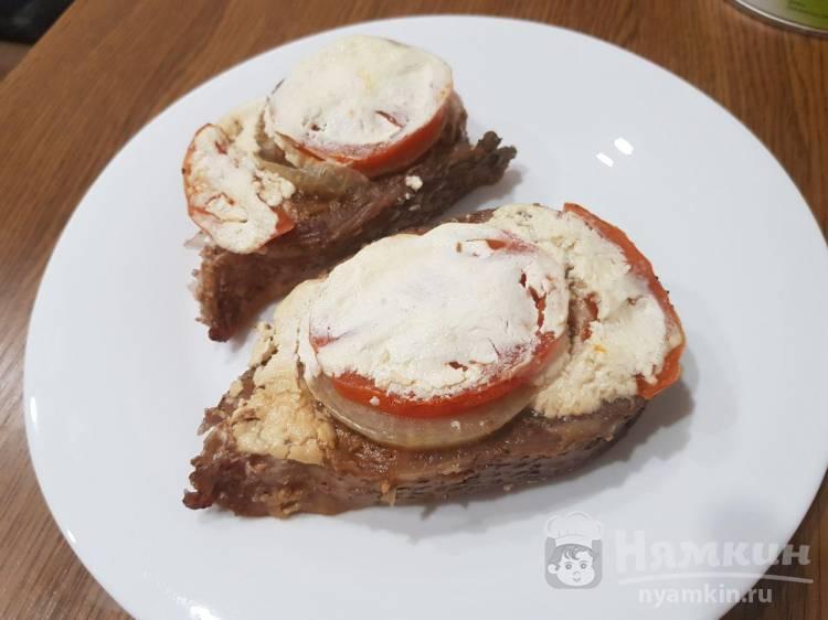 Стейки толстолобика запеченный с луком, помидорами и сметаной