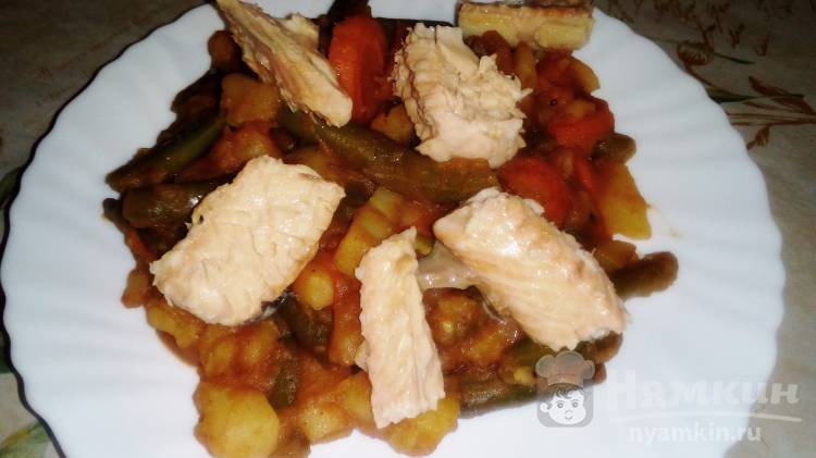 Стручковая фасоль с картофелем, томатным соусом и консервированной горбушей