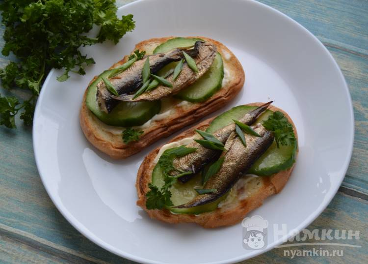 Бутерброды со шпротами и свежими огурцами