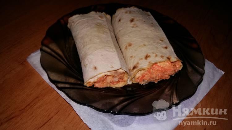 Салат с курицей и морковью в лаваше