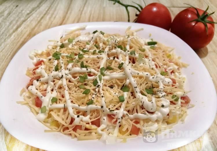 Салат с крабовыми палочками и помидором