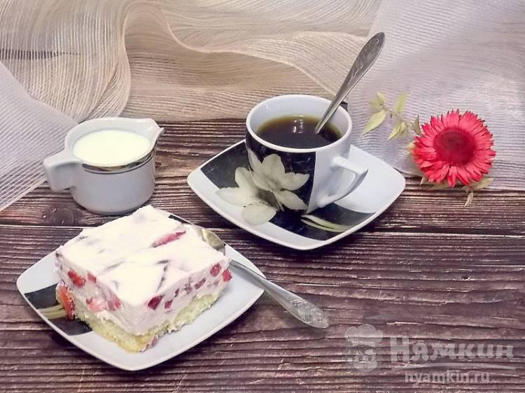 Сметанный десерт с клубникой