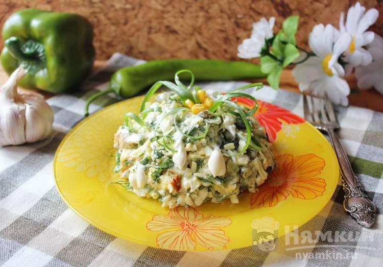 Салат из солёных огурцов, яиц и сыра с сухариками