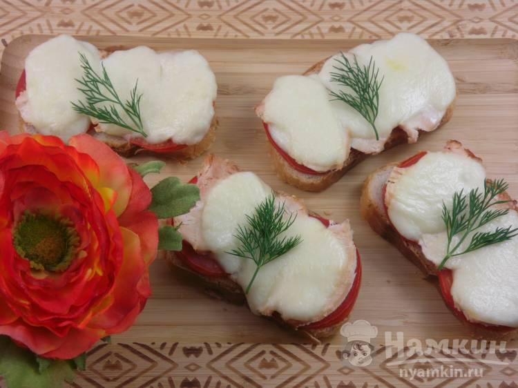 Горячие бутерброды с куриной грудкой и моцареллой