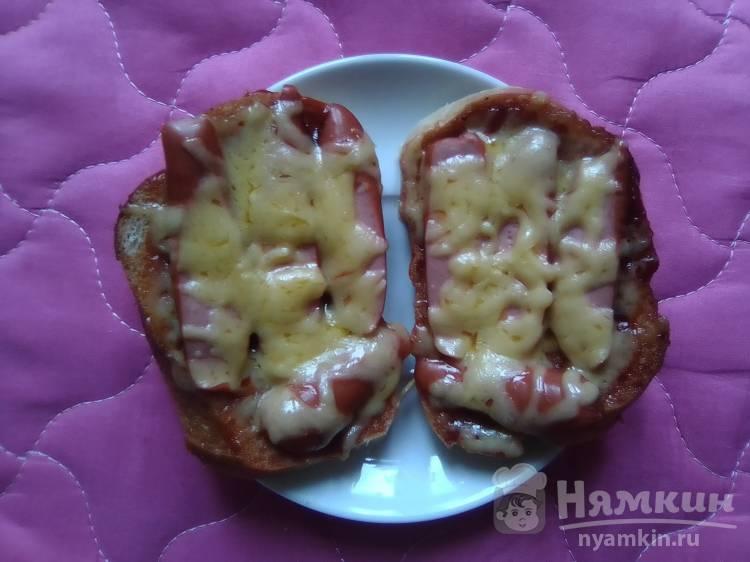 Бутеброды-барбекю с копчёными сосисками и сыром