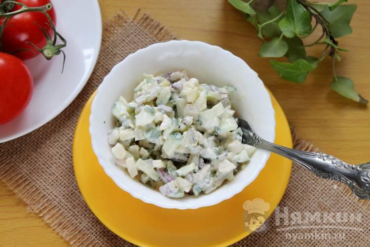 Сытный салат из овощей с яблоком