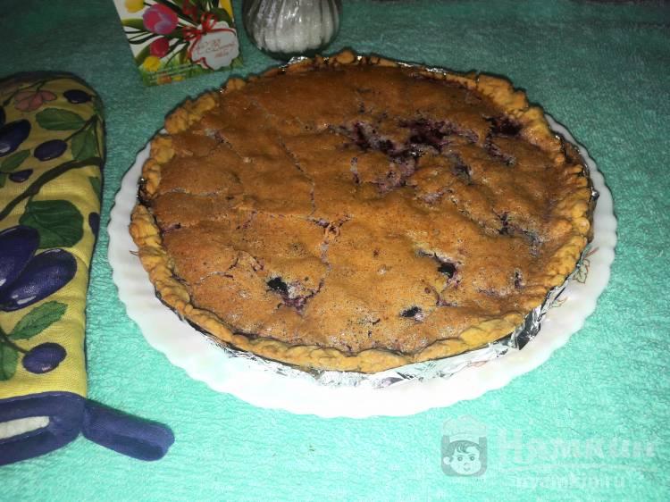 Песочный пирог с вишней и белками