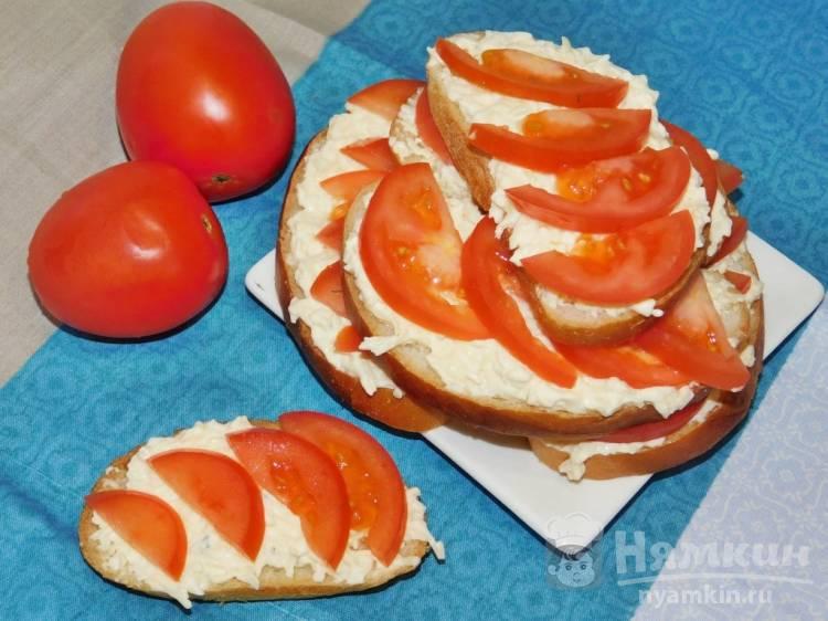 Чесночные бутерброды с помидорами и сыром