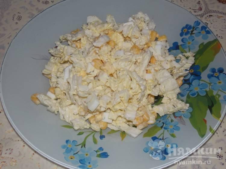 Салат из пекинской капусты с кукурузой и яйцом