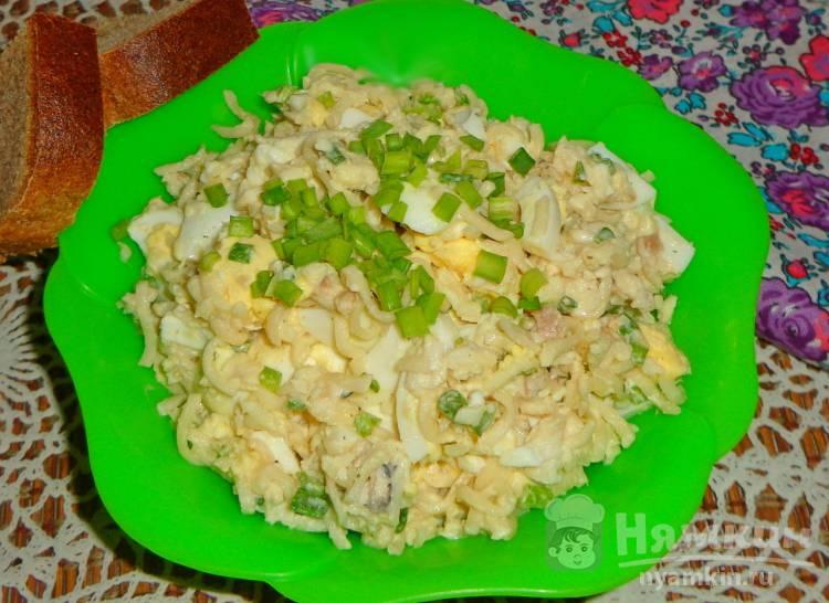 Салат с рыбой, яйцом и вермишелью