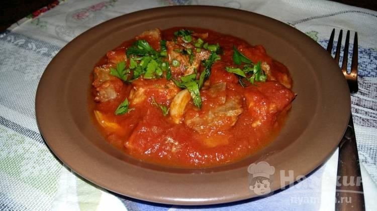 Жареное мясо в остром томатном соусе с чесноком