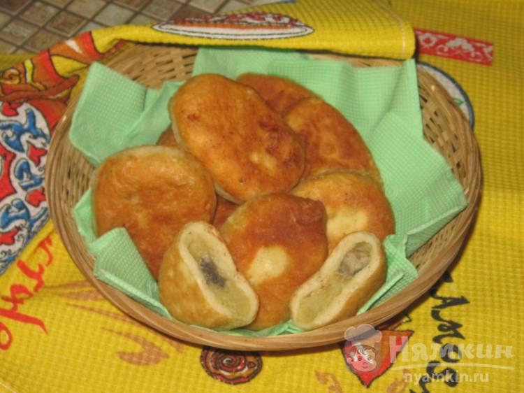 Жареные дрожжевые пирожки с картофелем и грибами