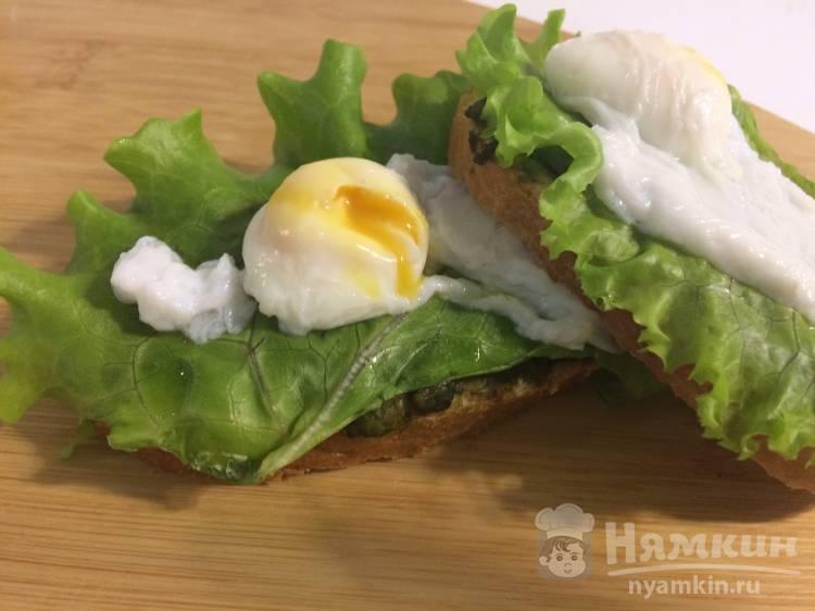 Бутерброд с авокадо и перепелиными яйцами пашот