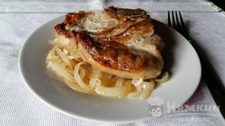 Мясо свинины в молочном соусе на подушке из лука