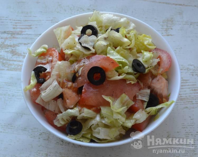 Салат из айсберга с помидорами и оливками