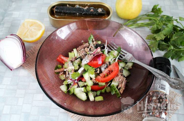 Салат со свежими овощами и рыбной консервой