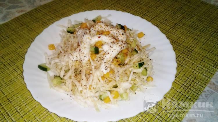 Овощной салат с капустой, кукурузой и смесью перцев
