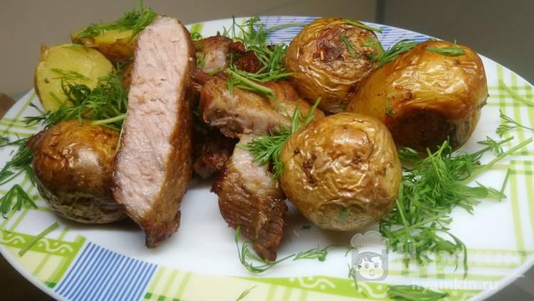 Запеченная свиная шейка с картофелем и розмарином