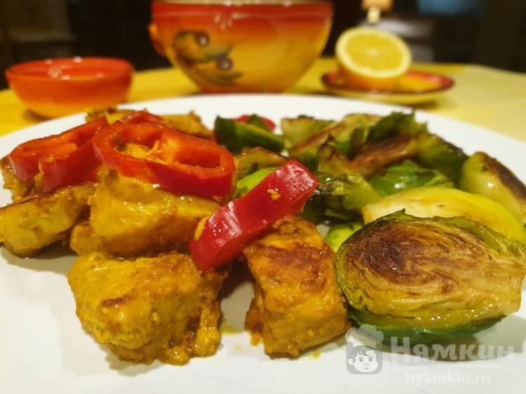 Курица в соусе карри с брюссельской капустой