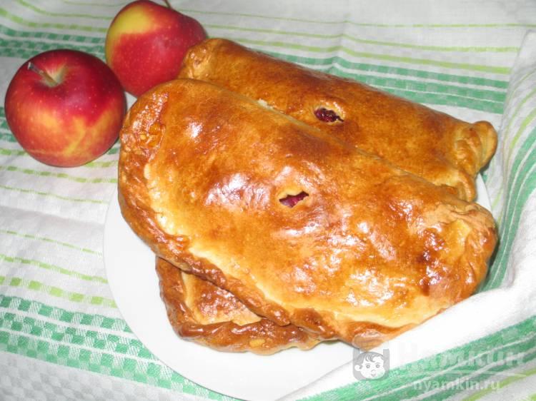 Слойки с яблоком и брусникой
